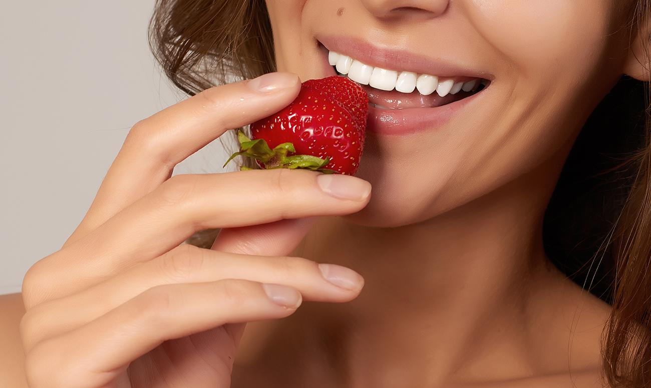 Как отбелить зубы клубникой