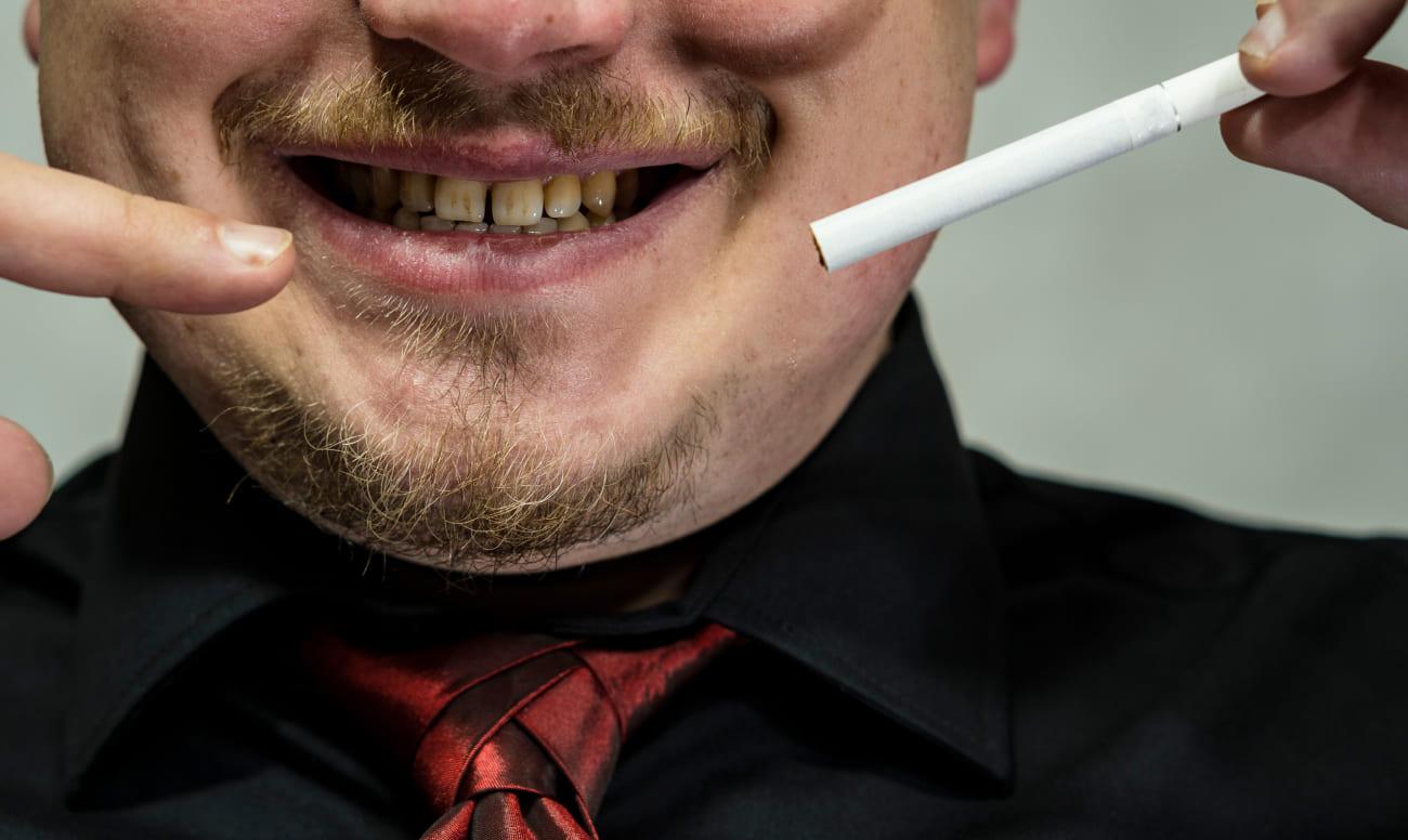 Фото человека с сигаретой