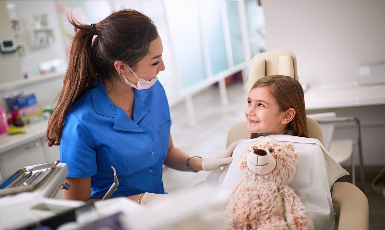 Фото маленькой пациентки на адаптационном приеме у детского стоматолога