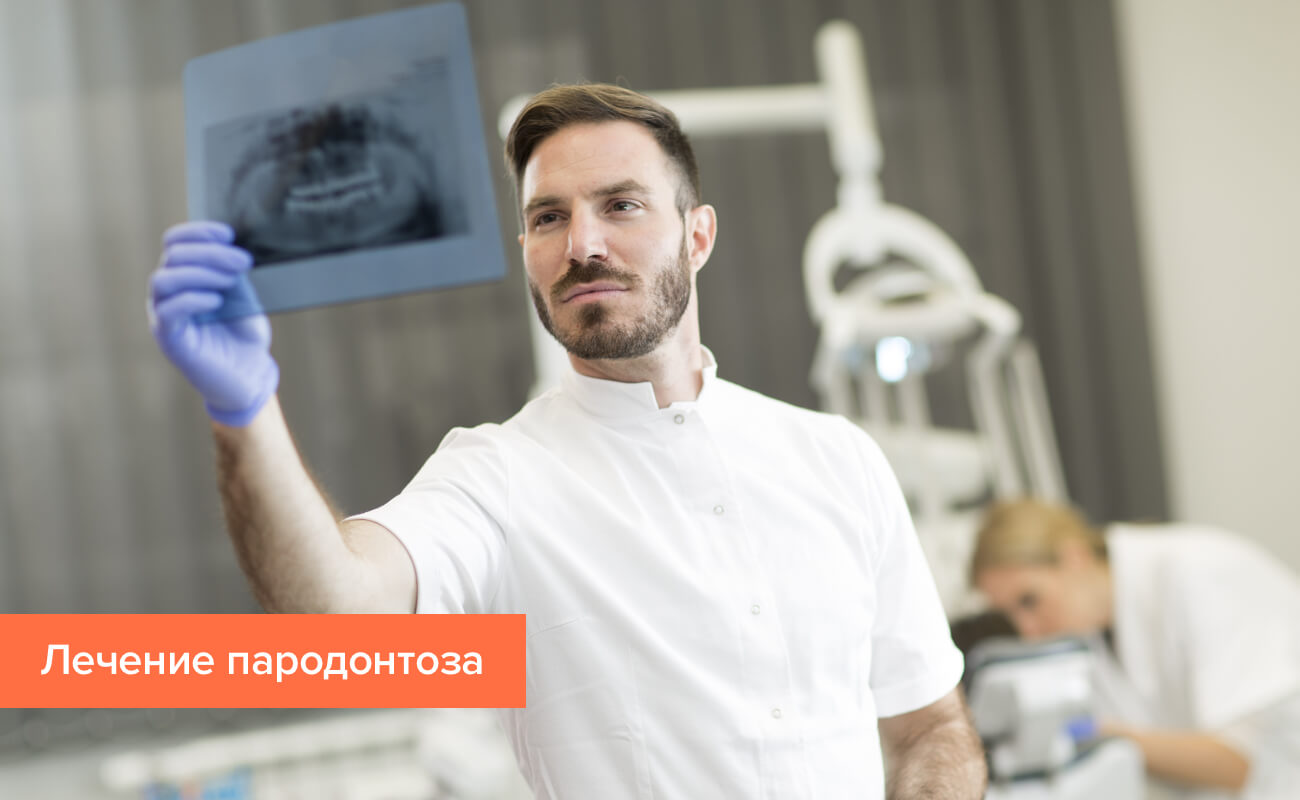 Фото снимка зубов в руках стоматолога