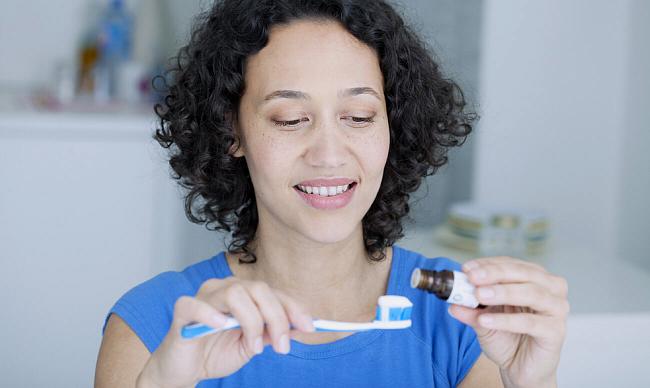 Отбеливание зубов маслом