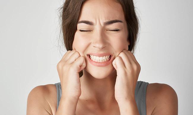 Ломит зубы: причины ноющей боли и как их устранить?